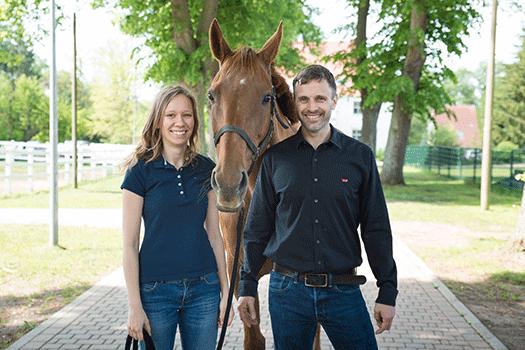Pferd Jutta mit Reitern Anne und Martin
